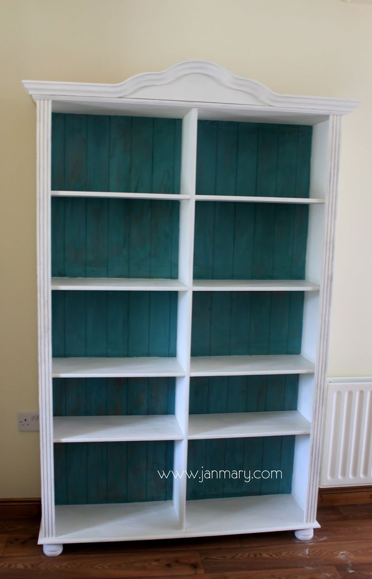 janmary - welcome to my world: Bookcase makeover with Annie Sloan Chalk Paint.  I am thinking to do this to my own pine bookcase.  I have both of the colours here of chalk paint.