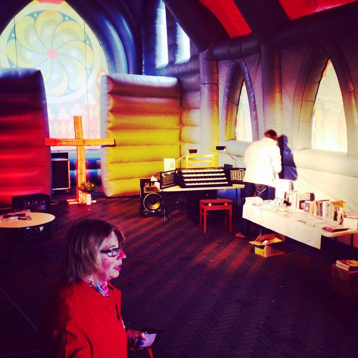 De opblaasbare kerk staat vandaag in #Voorburg morgen is die te zien in #Borne binnen kan je dan losgaan met de #SilentDisco