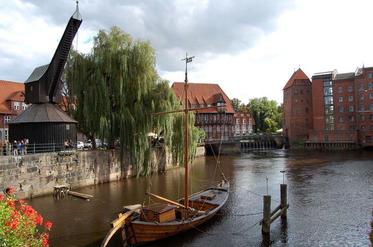 Lüneburg Hafen - Blick auf den alten Kran und rechts auf: Alter Wasserturm - heute Teil des Hotel Bergström