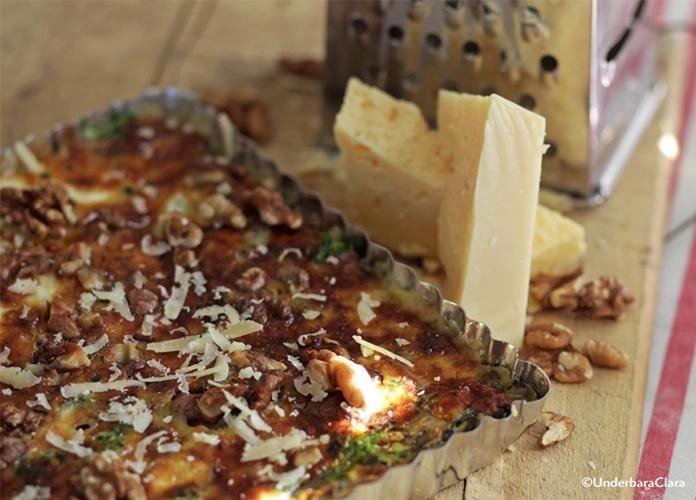 Grönkål är en råvara som kanske oftast förknippas med julbordet.  Men en paj med Västerbottensost och grönkål är god året om! Grönkålen växer i hela Sverige och klarar frostiga höstnätter alldeles utmärkt. Får du inte tag i färsk grönkål funkar fryst precis lika bra.