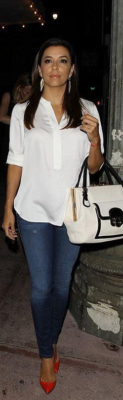 blusa beige o blanca jeans zapatos tacon rojos