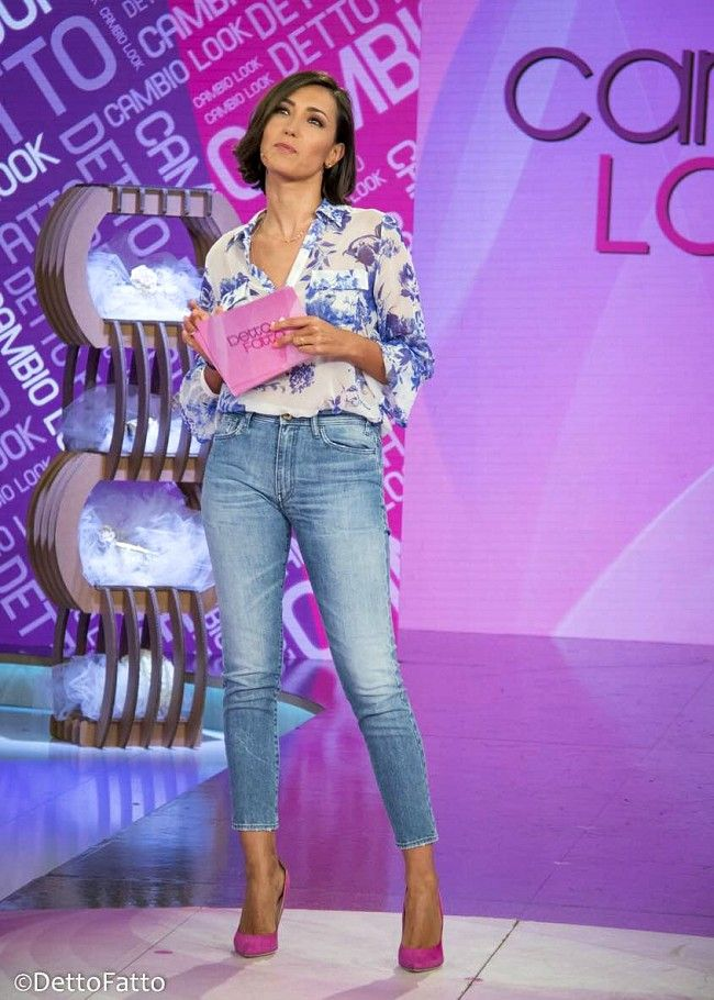 Caterina Balivo (camicia Anna Rachele, jeans Cycle, scarpe Loriblu, collana Accessorize) #pinkshoes #shoes