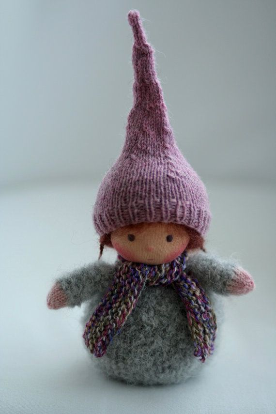 Poupée de fabrication artisanale selon la pédagogie Waldorf. La poupée gnome mesure environ 15,5 cm sans le chapeau.