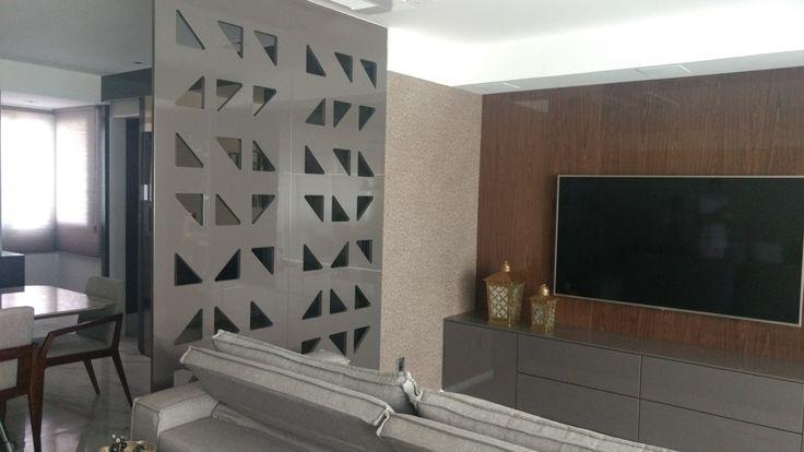 Sala de TV integrada a sala de estar e jantar. Usamos a divisória em laca alto brilho para dividir e delimitar os ambientes. Mais um projeto do nosso escritório. Nos sigam nas rede s socias @2nsarq
