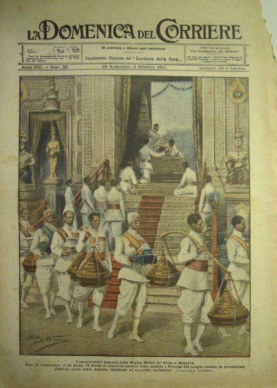 """LA DOMENICA DEL CORRIERE 26 September 1920 ; ๒๖ กันยายน ๒๔๖๓ """"I CARATTERISTICI FUNERALI DELLA REGINA MADRE DEL SIAM, A BANGKOK."""" พิธีเดินสามหาบ ภายหลังเสร็จสิ้น พระราชพิธีถวายพระเพลิงพระบรมศพ สมเด็จพระศรีพัชรินทราบรมราชินีนาถ พระบรมราชชนนี ณ เมรุมาศท้องสนามหลวง เมื่อวันที่ ๒๔ พฤษภาคม ๒๔๖๓ และได้อัญเชิญพระบรมราชสรีรางคารมาประดิษฐาน ณ วัดราชาธิวาสราชวรวิหาร ภายในพระอุโบสถ"""