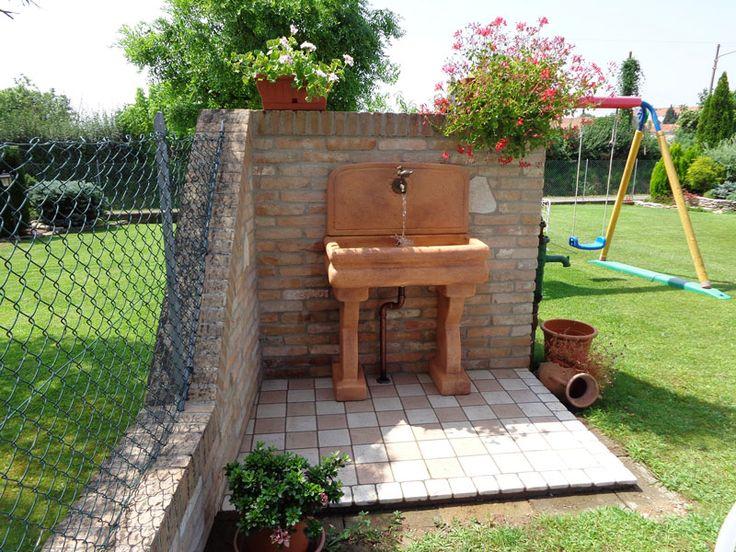 Lavello per esterno, mattone. Località: Treviso.