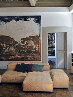 une peinture tempêtueuse abstraite et un sofa/ divan modulaire beige géométrique tout doux ? Je dis oui! / Abstract stormy painting and  geometrical beige sofa? I say Yes!