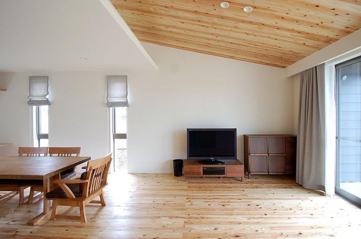 Drewniane wnętrza, drewniane panele podłogowe, drewno na suficie. Zobacz więcej na: https://www.homify.pl/katalogi-inspiracji/15245/trendy-drewno-w-roli-glownej