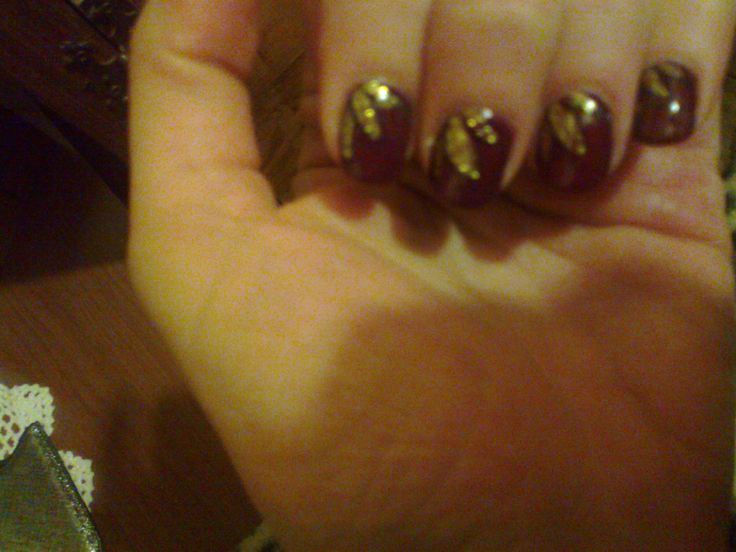 unghie con foglie dorate