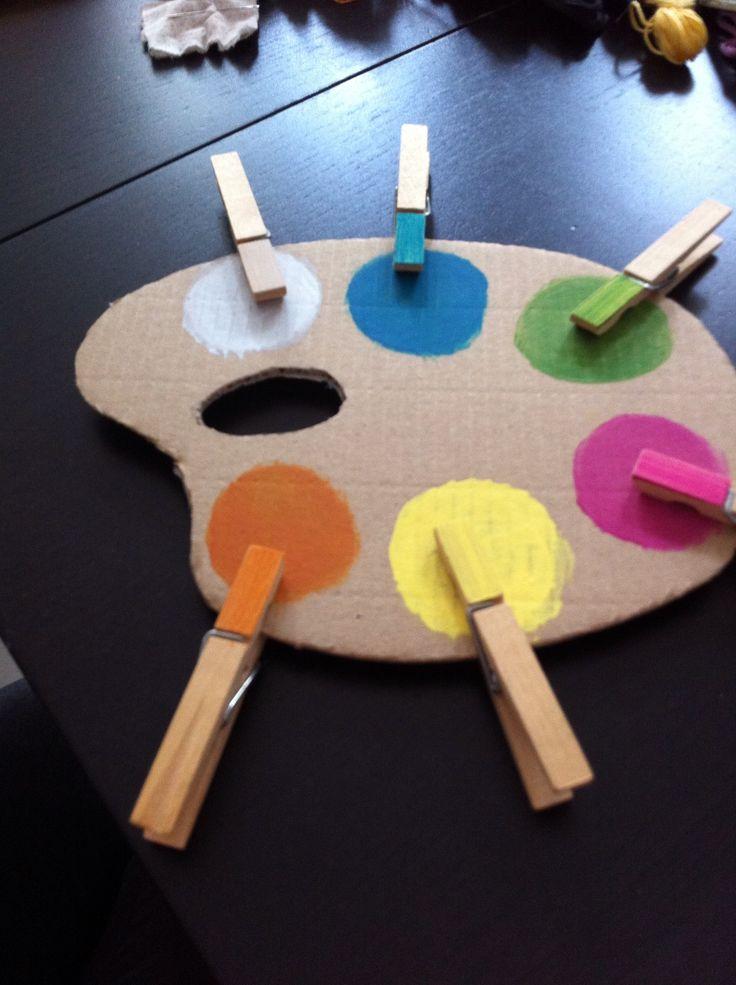 Une palette en carton et des épingles... Une façon ludique (et pas chère d'apprendre les couleurs aux enfants)