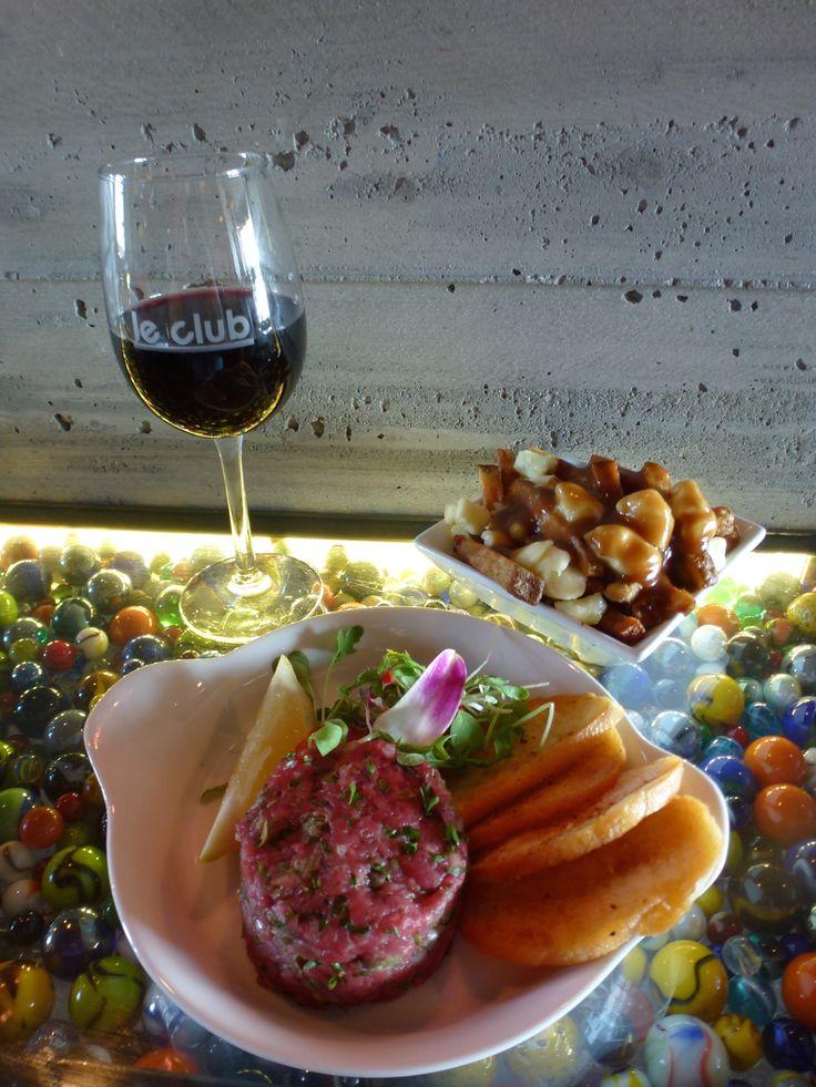 Tartare et poutine Drummondville Tapas pour tous les goûts Le Bar à vin - Bistro Le Club au Quartier Dix30 #bar #vin #wine bar #tapas #cellier #Dix30 #poutine #tartare