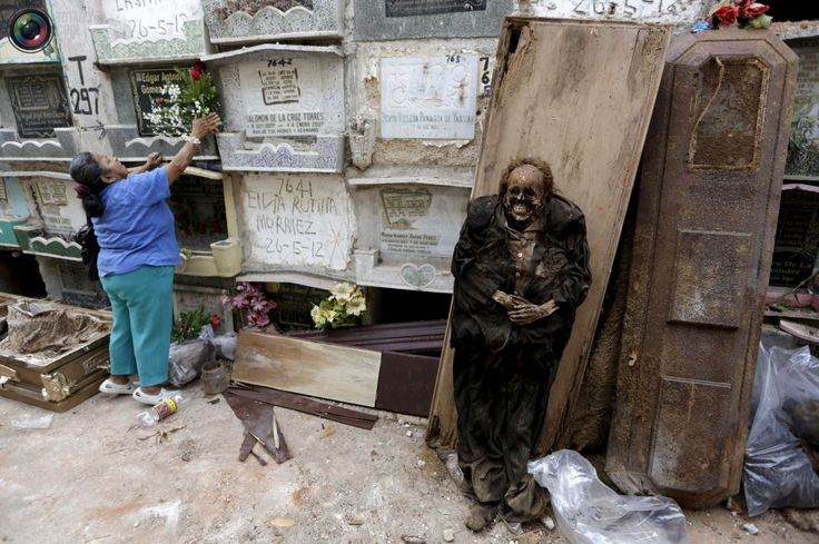 It's a dirty job: Grave cleaner in Guatemala City