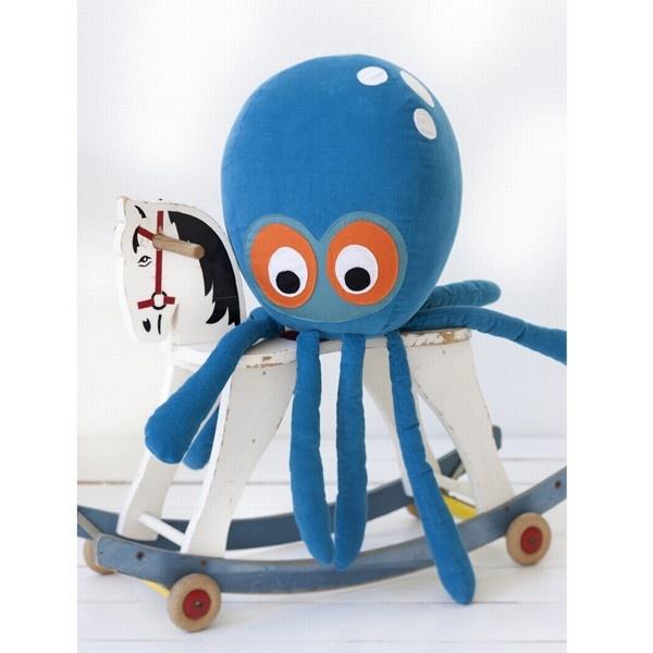Een nieuw vriendje voor de kids: het lieve Ferm Living Octopus #kussen kan met zijn acht armen omhelzen als de beste. #kinderkamer #knuffel