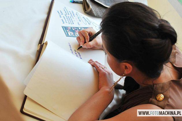 jedną z najpopularniejszych opcji jest album pamiątkowy w którym goście obok kopii zdjęcia piszą parę słów dla Pary Młodej