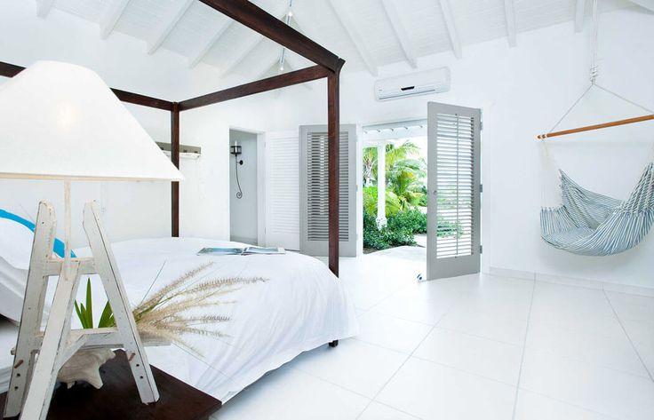 La suite principale de cette belle villa exotique qui est meublée de manière minimaliste et élégante