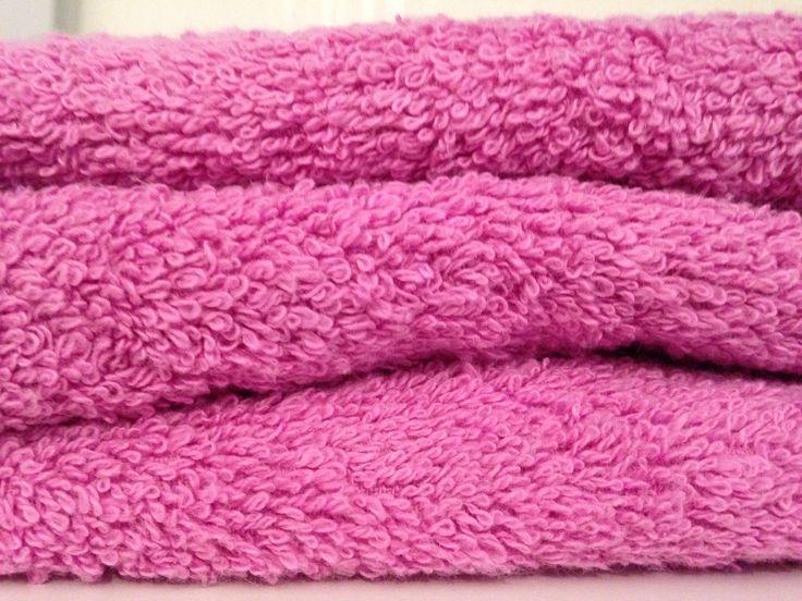 Serviette de bain et gant de toilette rose lavande brodés personnalisés : Textiles et tapis par atelier-de-pique-brodeuse