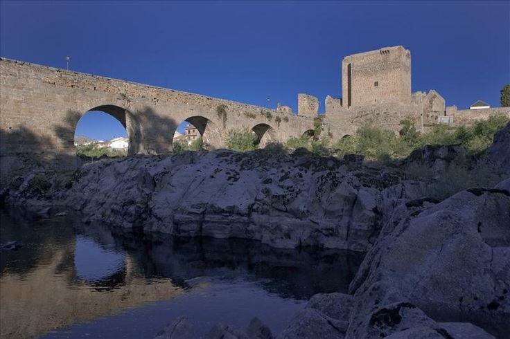 Castillo- Fortaleza  y puente medieval en el Alto Tormes