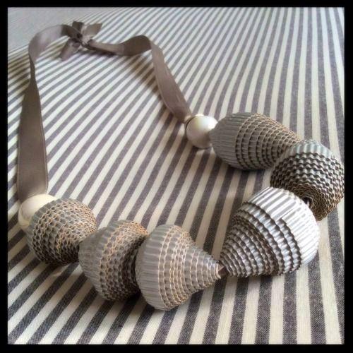 Collier en matières recyclées Carton ondulé, perles et soie Source Photo : PEACE AND LOVE Toutes-mes dernières découvertes (clic) 57 IDÉES BIJOUX DIY