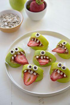 Bouches d'Halloween : réalisées avec des morceaux de pomme. Une lamelle de fraise pour la langue, des graines de tournesol pour les dents, du chocolat blanc et du chocolat noir pour faire les yeux vous-mêmes et de la confiture de lait ou du beurre de cacahuètes pour l'intérieur de la bouche