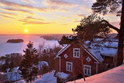 Hieno värimaailma! Frozen Pyhäjärvi lake in Tampere, Finland