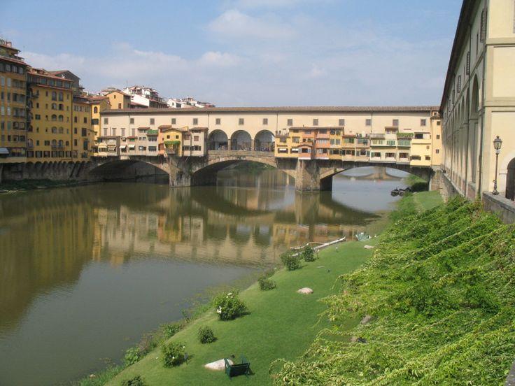 De Ponte Vecchio (Nederlands: oude brug), is de beroemde middeleeuwse brug over de rivier de Arno in Florence. De brug is vooral bekend door de winkeltjes (vooral juweliers) die zich op en aan de brug bevinden en de Corridoio Vasariano, de gang die zich een niveau hoger op de brug bevindt, zodat de adel zonder zich met het normale publiek te mengen toch de oversteek kon maken.