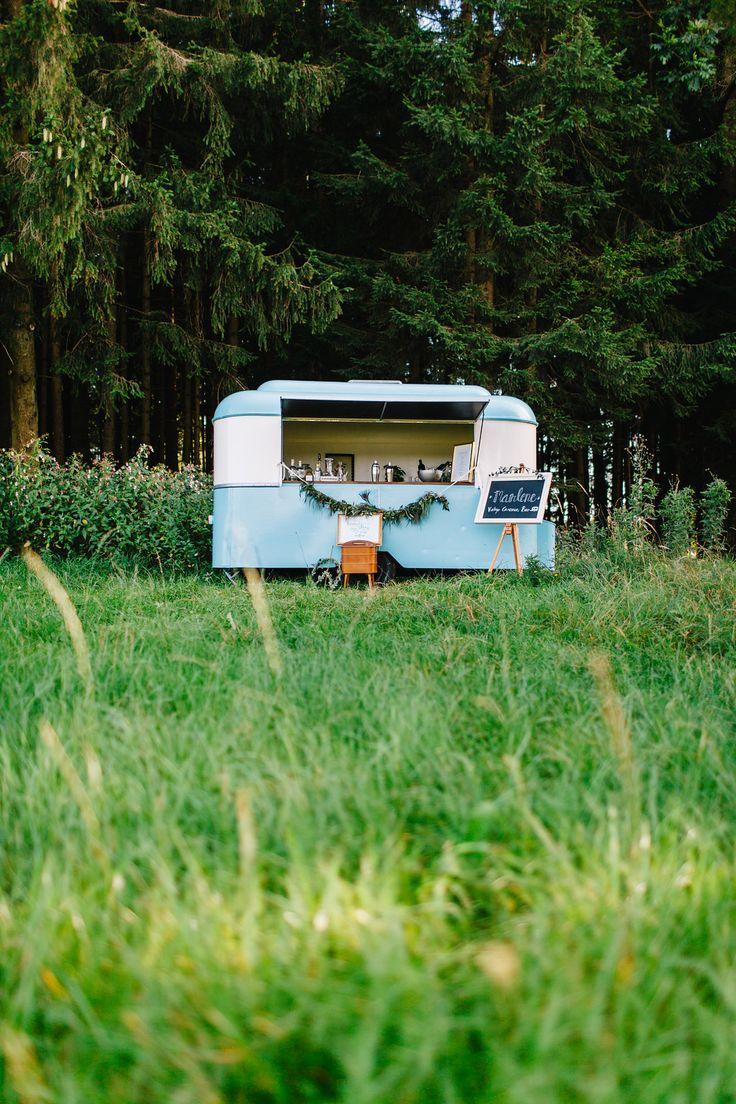 Feier im gr nen mir marlene vintage caravan bar ob auf der wiese am waldrand oder