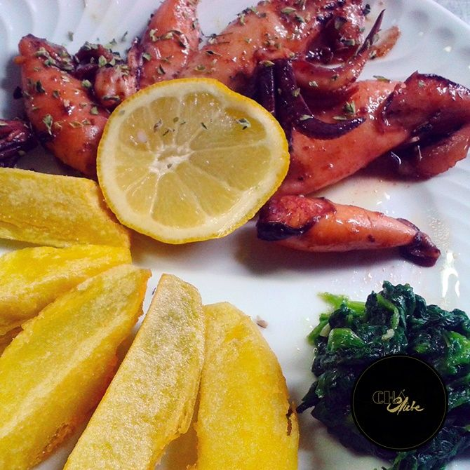 Deliciosas lulas com batatas. Delicious squid with potatoes.