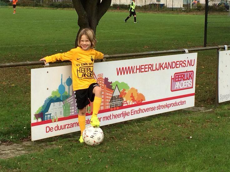 Wij zijn sponsor van plaatselijk voetbalteam VV EMK. Zowel met sponsorbord als met voetbalshirts van de Pupil van de Week.
