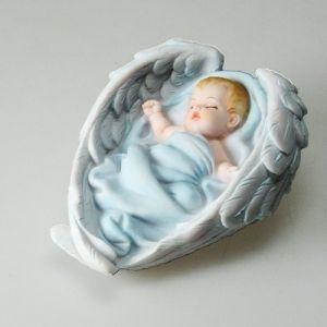 9,90€/kpl + toimituskulut. www.urielkorut.com  Hellyyttävän näköinen poikavauva nukkuu enkelin siipien suojassa. Tuotteen väritys on vaalean sininen ja se on yksityiskohtaisesti valmistettu.  Materiaali resin Pituus 11 cm, leveys 8 cm