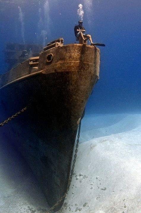 La superbe épave du Kittiwake ! Vidéo HD ici -> http://www.plongeurs.tv/Iles-Caimans-une-minute-de-pur-bonheur-sur-l-epave-du-USS-Kittiwake-_v196.html                                                                                                                                                     Plus
