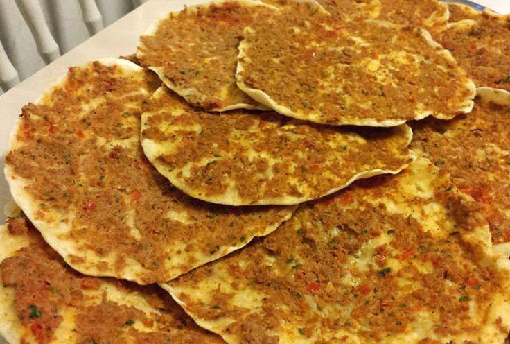 Deze Turkse pizza is net als uit de winkel en is echt heerlijk! Doe er lekker komkommer, sla, tomaat, uien, sambal en knoflooksaus bij. Kneed alle ingrediënten voor het deeg tot een soepele en zachte deeg. Laat dit minimaal een half uur rijzen. Maal alvast alle g