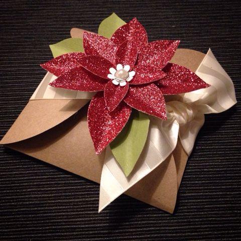 Stampin' Up! kerstcadeautje, cadeauverpakking, zelf maken, Festive Flower punch, Festive flower pons, kerstroos pons, Caro's Kaartjes, carooskaartjes