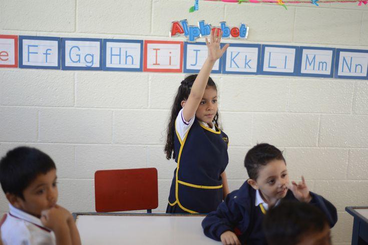 Valentina Rodas, 6 ani, ridică mâna în timpul orei de curs, în şcoala ei din Guatemala City, Guatemala, luni, 8 iulie 2013. (  Johan Ordonez / AFP  ) - See more at: http://zoom.mediafax.ro/people/incepe-scoala-11327328#sthash.CdGo1X9G.dpuf