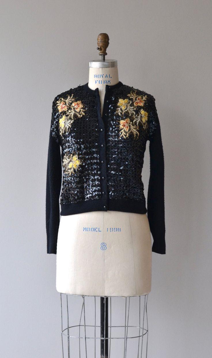Prachtige vintage jaren 1950 zwart wollen vest bedekt met zwarte pailletten en…