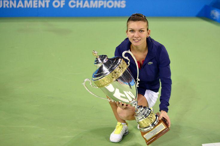 Simona Halep pozează cu trofeul, la finalul meciului cu australianca Samantha Stosur, din turneul circuitului WTA, în Sofia, duminică, 3 noiembrie 2013. (  Bogdan Iordache / Mediafax Foto  ) - See more at: http://zoom.mediafax.ro/sport/simona-halep-12278742#sthash.H1jB5Bu1.dpuf