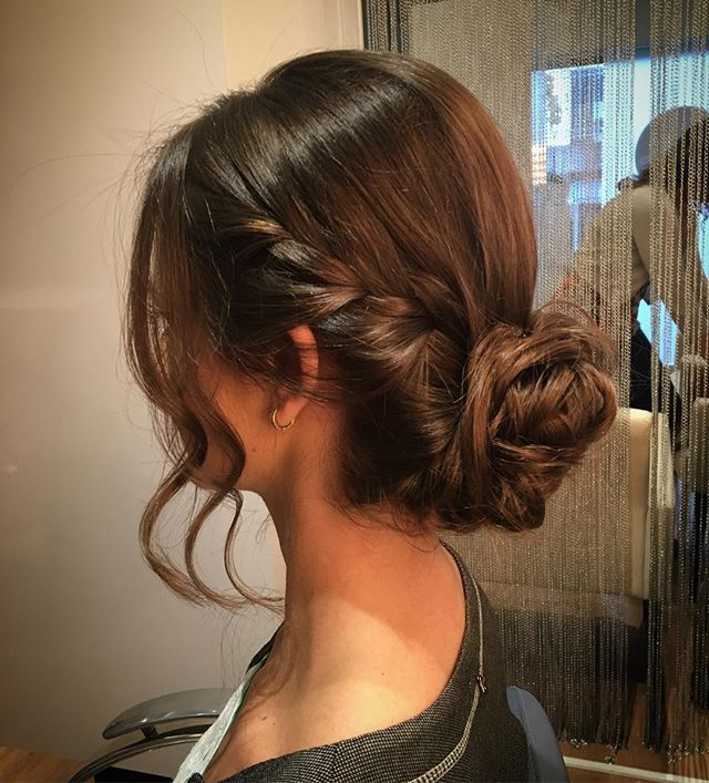Coque lindo para essa madrinha mais linda ainda!! 🙆🏻❣ #hair #hairdo #penteado #coque #tranca #casamento #madrinhadecasamento #lauratorres
