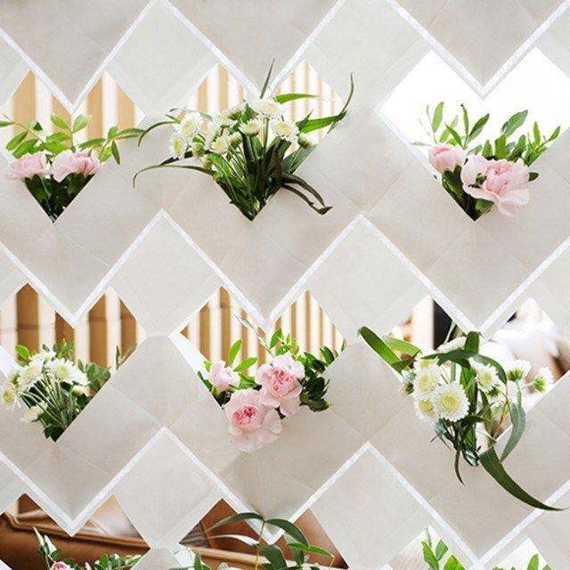 iDesignMe-Ecortina-Vertical Green-3 http://idesignme.eu/2013/11/ecortina-il-verde-in-casa/ #ecology #ecodesign #green #greendesign #greeninterior #interiors #flowers #verticalgarden #garden #white #pink #design