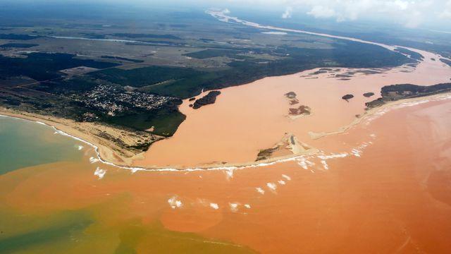 Ça y est. Il y a quelques jours, la vague de la mort a atteint l'océan Atlantique, terminant de tuer tout sur son passage et achevant, inéluctablement, la mort du Rio Doce, cinquième plus grand fleuve du Brésil... http://www.demotivateur.fr/article-buzz/alors-meme-que-se-tient-la-cop-21-a-paris-le-Bresil-panse-les-plaies-de-la-pire-catastrophe-ecologique-de-son-histoire-4056