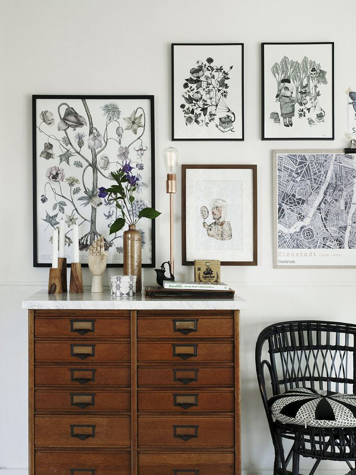 En gammal vintagebyrå vid tavelväggen hemma hos Emma von Brömssen – Husligheter