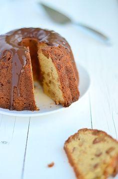 kerst tulband met bitterkoekjes \ almond christmas bundt cake with amaretto and chocolate ganache