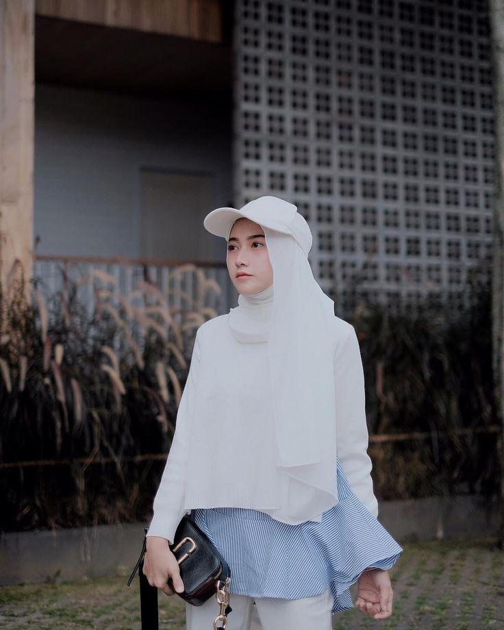 "14rb Suka, 50 Komentar - Nisa (@nisacookie) di Instagram: ""Sweater weather got me like this. Sweater from @omahjilbab"""