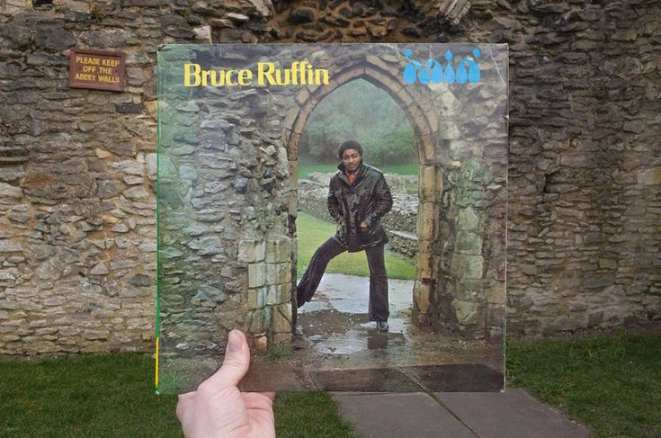 After Halley Docherty and Etienne lavy's works about Rap classic covers, British artist Alex Bartsch made an already cult photography series. Using old reggae covers, he criss-crossed London's streets to catch them in their original decor. Beautiful visuals to discover below.