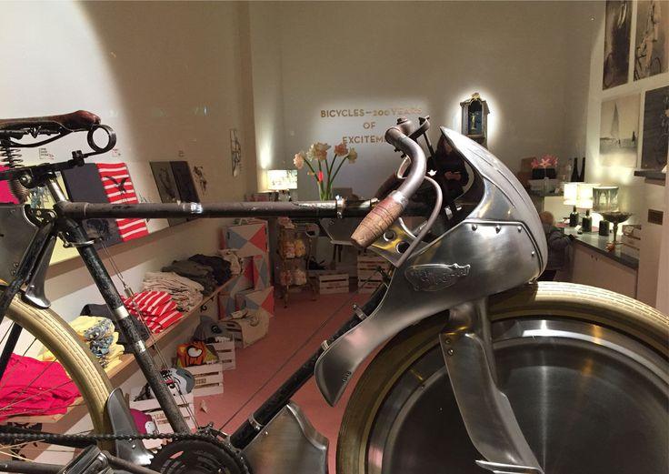 Zum 200. Geburtstag des Fahrrads zeigt der Kulturverein Weltbüro 2017 eine große Ausstellung zur Fahrradhistorie. Im Vorfeld dazu eröffnete bereits jetzt ein Shop in der Operngasse.