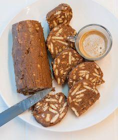ΓΛΥΚΟ ΣΑΛΑΜΙ ΜΕ ΠΡΑΛΙΝΑ 350 γρ. μπισκότα πτι-μπερ 250 γρ. βούτυρο αγελάδας 150 γρ. ζάχαρη άχνη 150 γρ. άλειμμα σοκολάτας-πραλίνας 60 γρ. κονιάκ