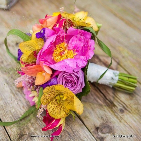 Bruidsboeketenzo.nl voor uw mooiste bruidsboeket. dit boeket is gemaakt met gele vanda, roze pioenroos, paarse roos en nog veel meer prachtig gekleurde bleomen