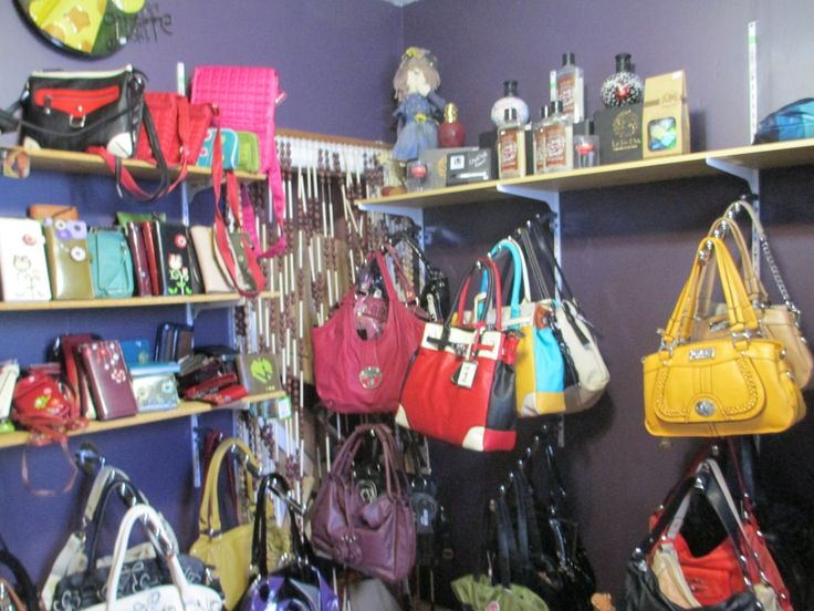 A selection of Purses available at Treehouse Treasures in St Benedict #stbenedict #treehousetreasures #lucienlake #prairiesedge #purses #shopping