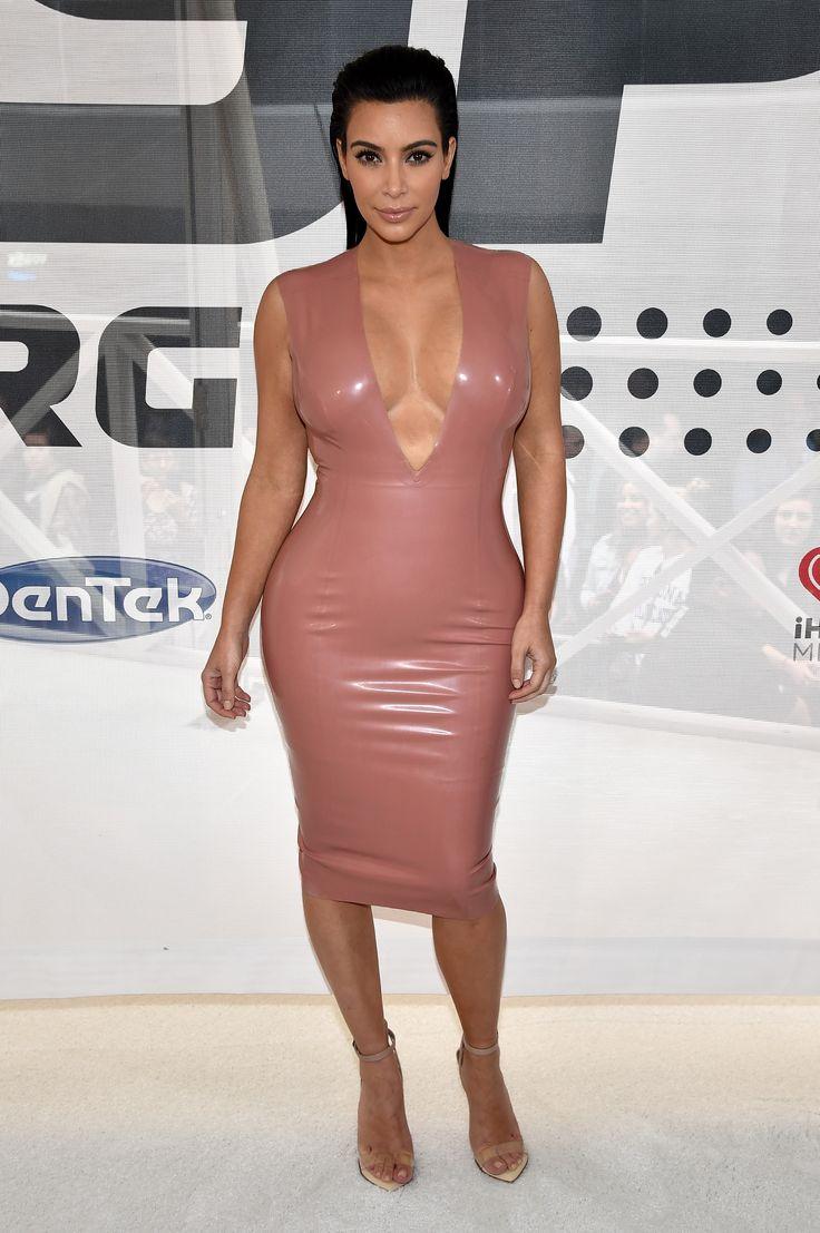 девушка в платье телесного цвета узнаёт