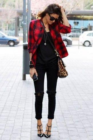 Tenue: Chemise de ville à carreaux rouge, Débardeur noir, Jean skinny déchiré noir, Escarpins en cuir à clous