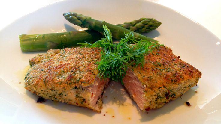 Ovnsbakt laks med urter er en smakfull rett som alle liker. Paneringen gir en sprø skorpe med gode smaker. Servert med asparges og smørsaus med sitron er det en lett og god rett i varmen.