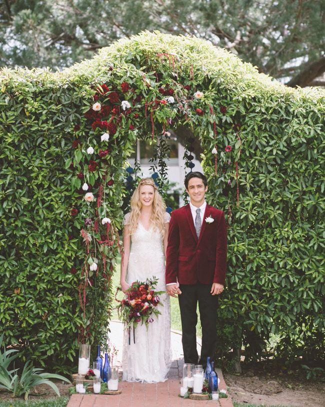 Noivos com terno de veludo   É impressionante como os noivos estão cada dia se envolvendo mais no universo do casamento. Com isso, vem crescendo a variedade de trajes que podem ser usados pelos noivos, que querem cada dia mais…